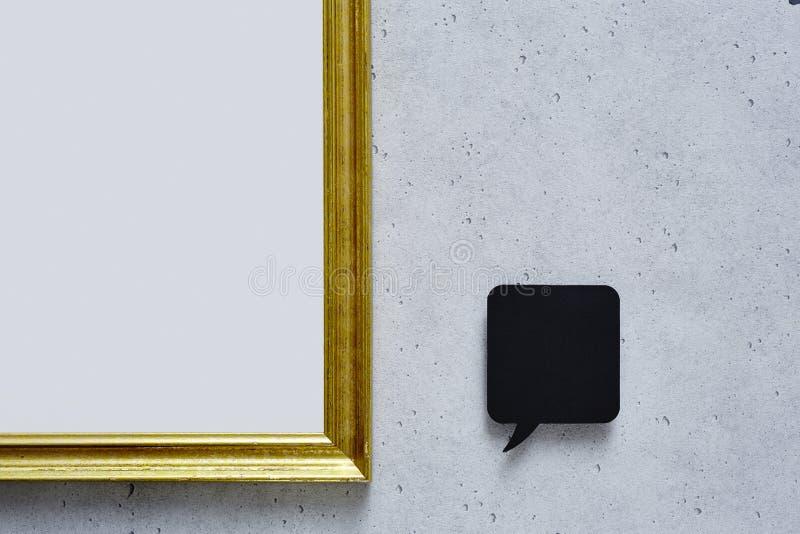 Anförandebubbla och tom guld- ram på betongväggen royaltyfri bild