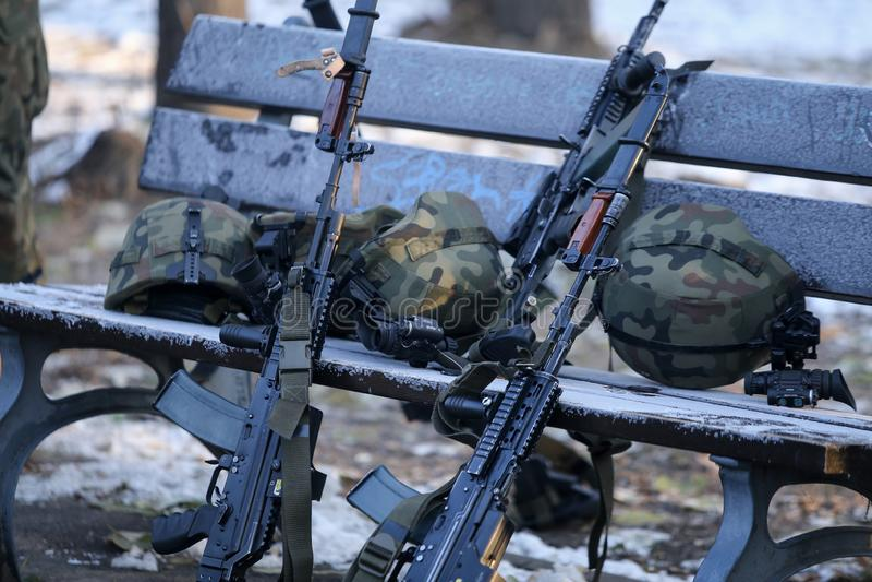Anfallgevär, arméhjälmar med kameror och andra arméobjekt arkivbilder