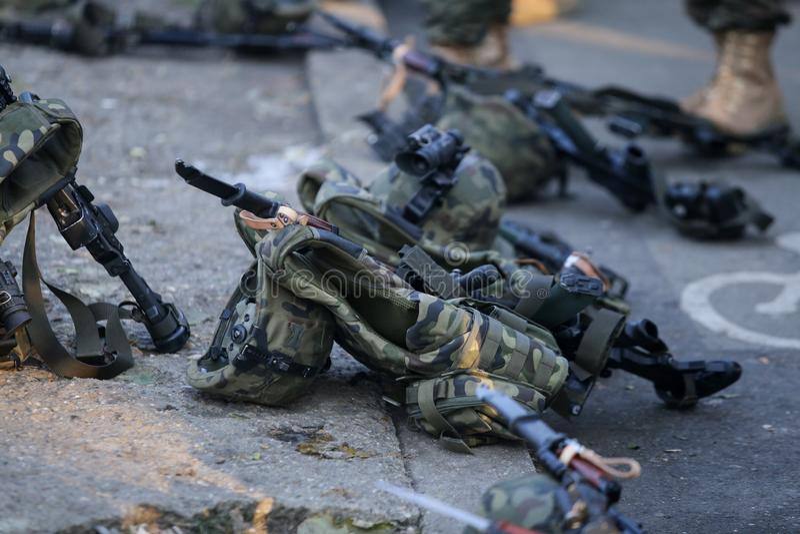 Anfallgevär, arméhjälmar med kameror och andra arméobjekt royaltyfria foton