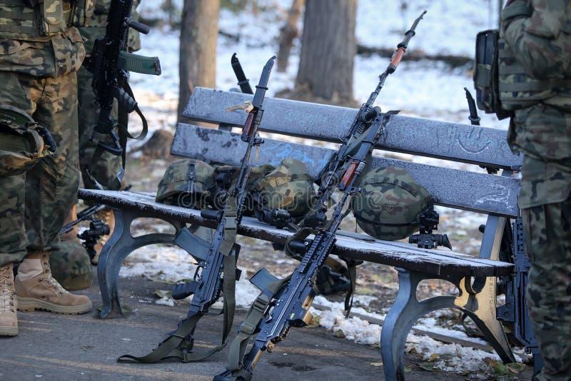 Anfallgevär, arméhjälmar med kameror och andra arméobjekt arkivfoto