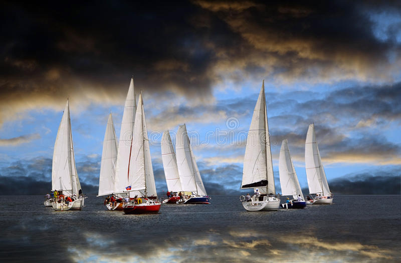 Anfang eines Segeln Regatta Die Sturm-Wolke stockfoto