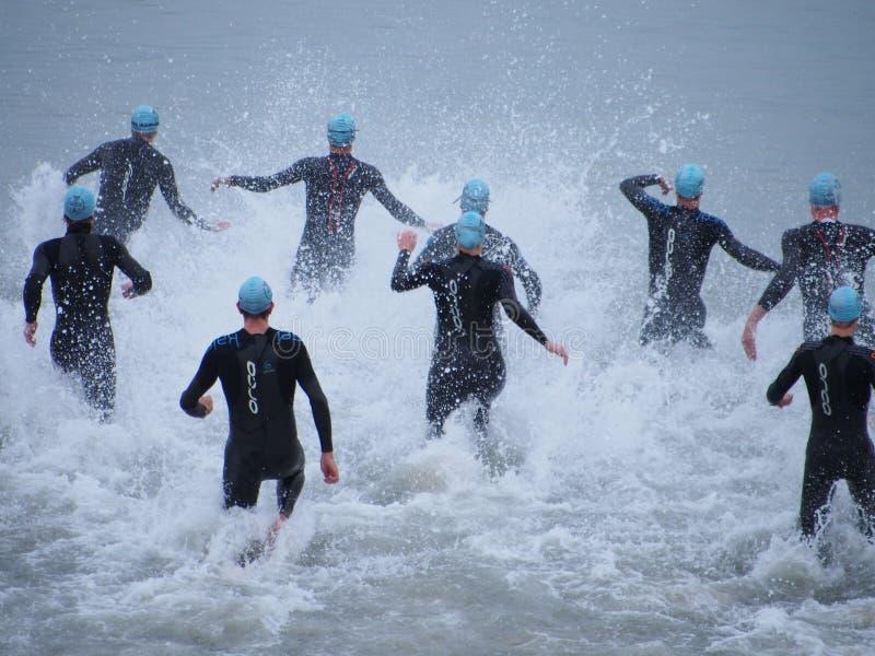 Anfang eines Triathlon lizenzfreies stockbild