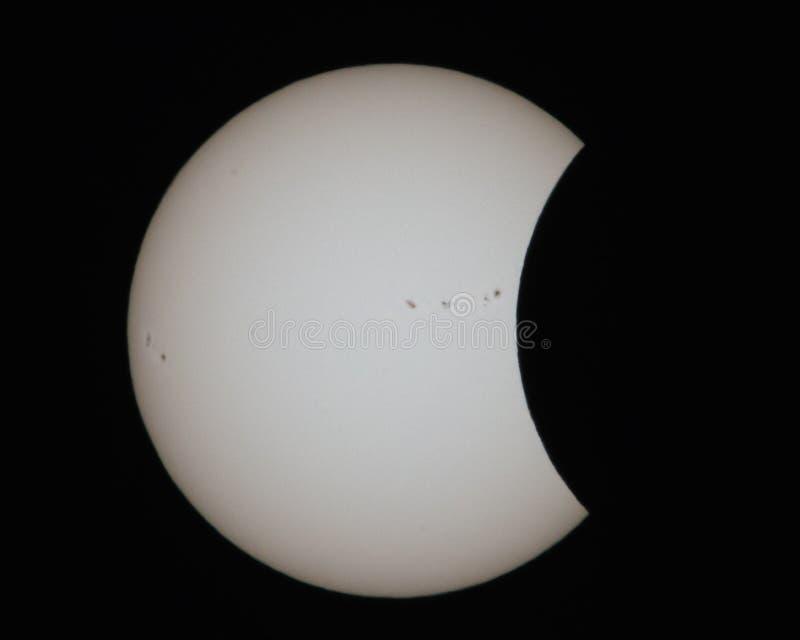 Anfang von Eklipse 2017 mit Sonnenflecken stockbild