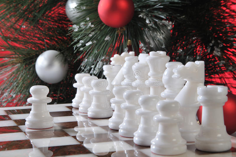 Anfang. Weißes Schach in der Weihnachtsdekoration stockbild