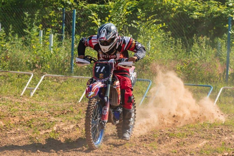Anfangszeile in den Motocrosswettbewerben Starker Staub steigt hinter die Räder stockfoto