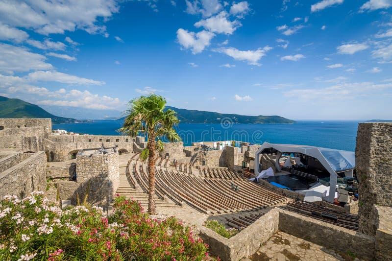 Anfiteatro da fortaleza de Kanli Kula e fase do concerto fotografia de stock royalty free
