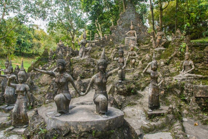 Anfiteatro de estátuas das deidades no jardim mágico da Buda ou no jardim secreto da Buda Por do sol fotos de stock royalty free