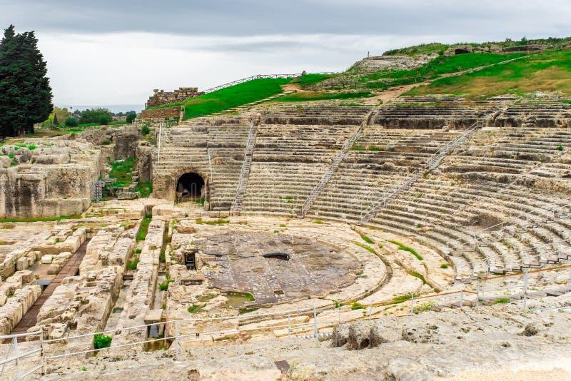 Anfiteatro del griego clásico en la ciudad histórica Syracuse en la isla de Sicilia fotografía de archivo libre de regalías