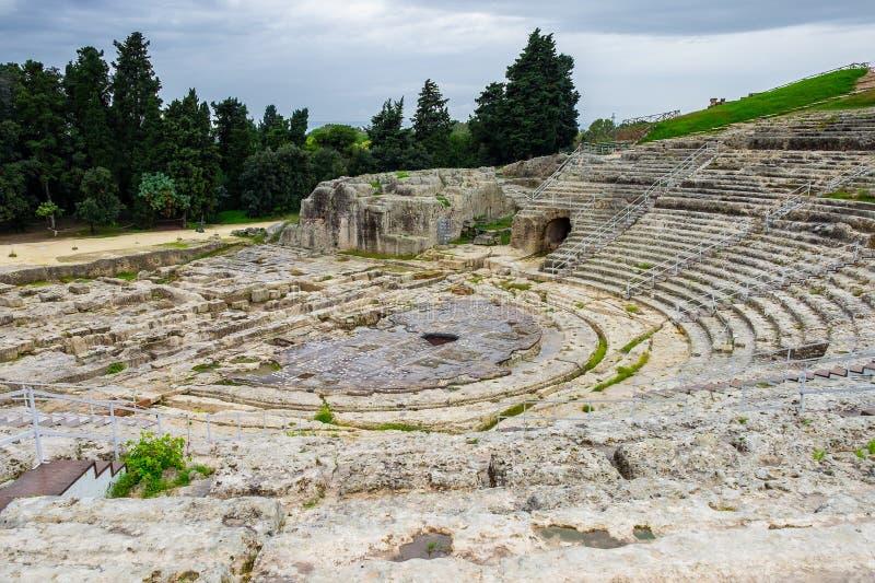 Anfiteatro del griego clásico en la ciudad histórica Syracuse en la isla de Sicilia fotografía de archivo