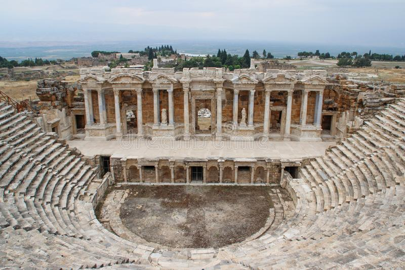 Anfiteatro griego antiguo clásico en Pamukkale, Denizli, Turquía imágenes de archivo libres de regalías