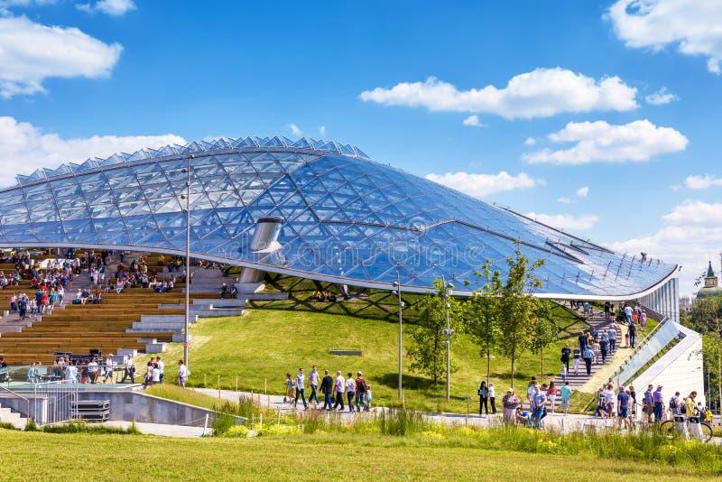 Anfiteatro novo com um telhado de vidro no parque de Zaryadye em Moscou imagem de stock