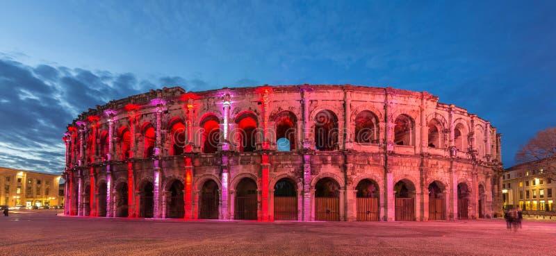 Anfiteatro romano - arena de Nimes na noite - França imagens de stock royalty free
