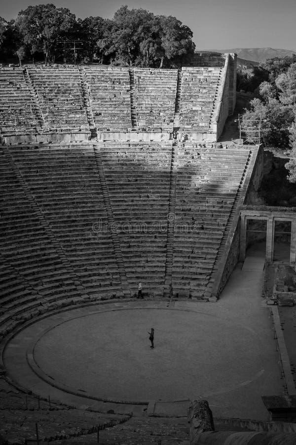 Anfitheater för Epidauro ` s, första turist på morgonen royaltyfri foto
