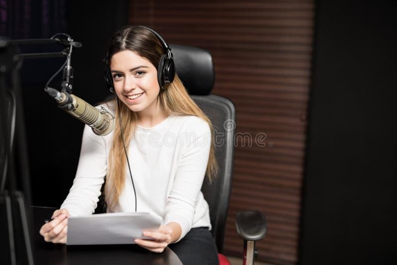 Anfitrião de rádio bonito que fala no mic no estúdio foto de stock royalty free