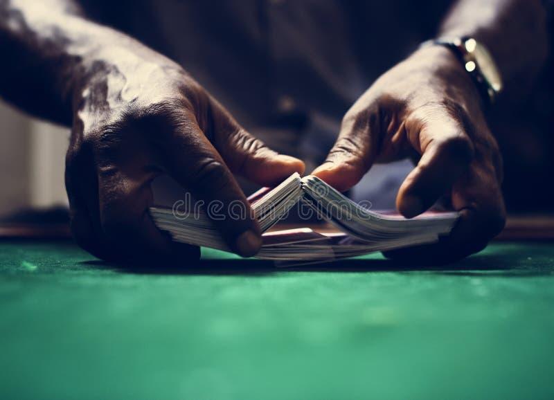 Anfitrião do homem um pôquer no casino imagens de stock