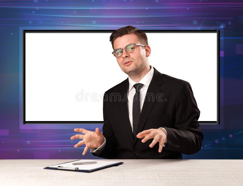 Anfitrião do programa de televisão com a tela grande da cópia no seu para trás imagem de stock royalty free