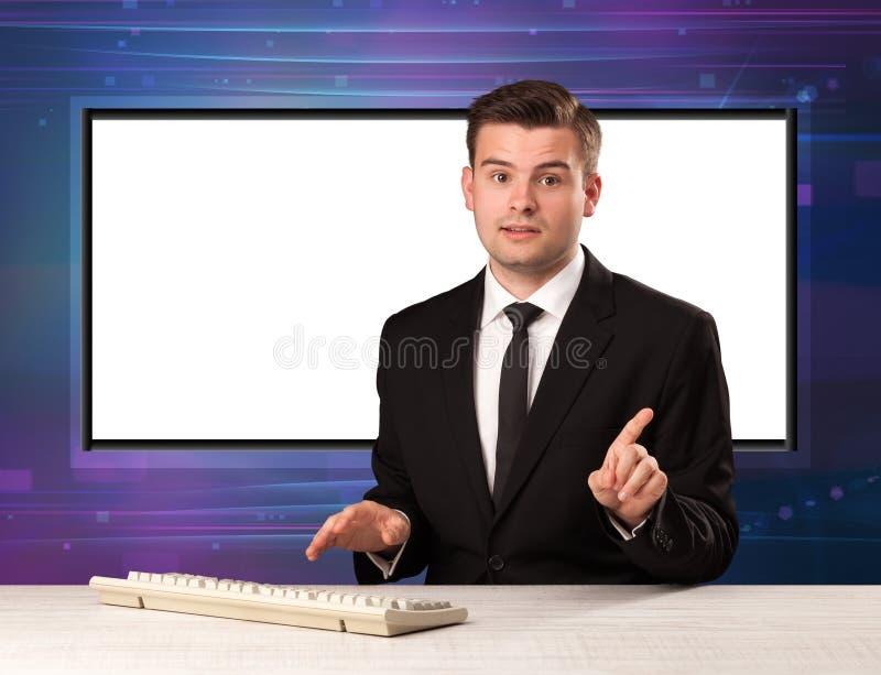 Anfitrião do programa de televisão com a tela grande da cópia no seu para trás foto de stock