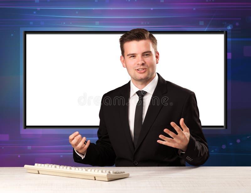 Anfitrião do programa de televisão com a tela grande da cópia no seu para trás fotos de stock