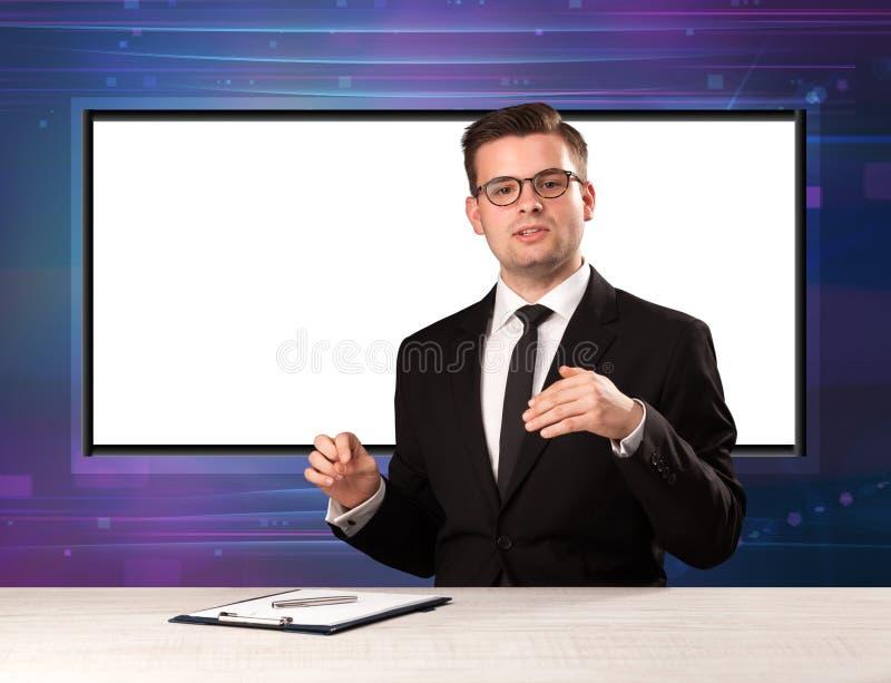 Anfitrião do programa de televisão com a tela grande da cópia no seu para trás imagens de stock