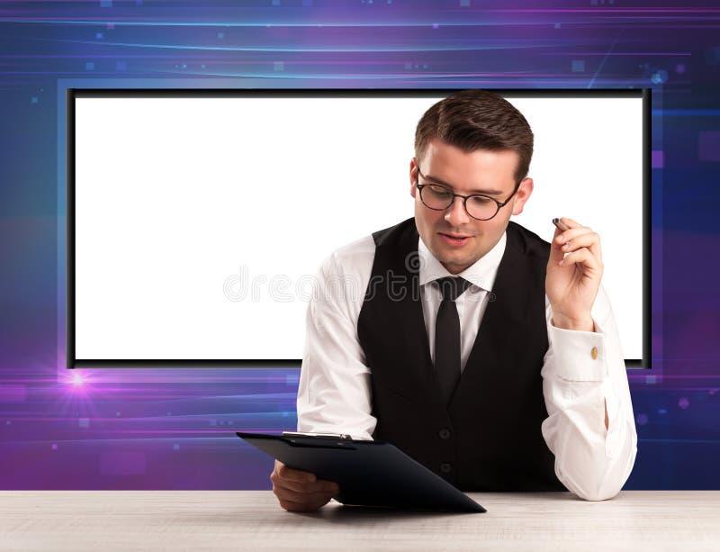 Anfitrião do programa de televisão com a tela grande da cópia no seu para trás fotografia de stock royalty free