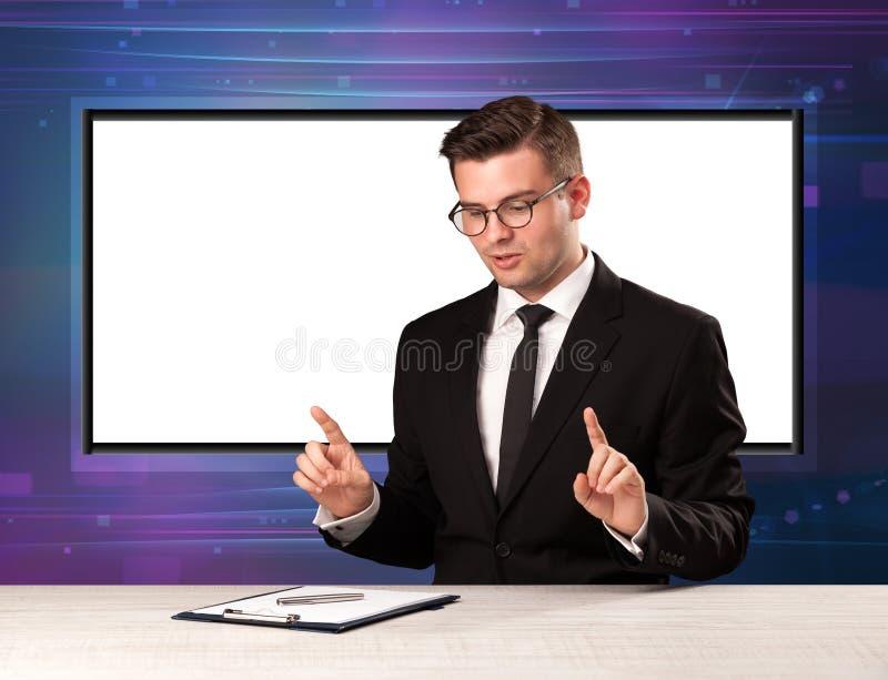 Anfitrião do programa de televisão com a tela grande da cópia no seu para trás fotografia de stock