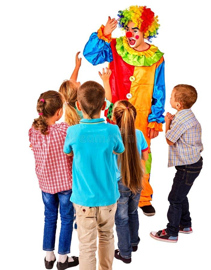Anfitrioni del partito dei bambini Pagliaccio del bambino di compleanno che gioca con i bambini fotografia stock libera da diritti