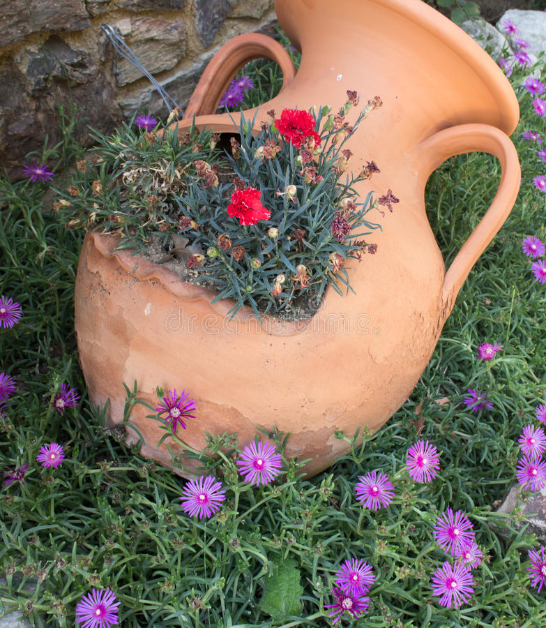 Anfora greca dell 39 argilla con i fiori immagine stock for Giardino con fiori