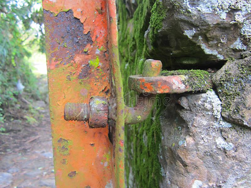 Anfrätt gångjärn och dörr arkivfoton
