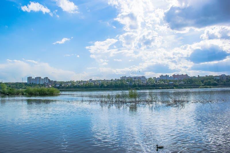 Angara rzeczny widok miasto przez rzek? niebo, chmury niebieski Miasto Quay obraz stock