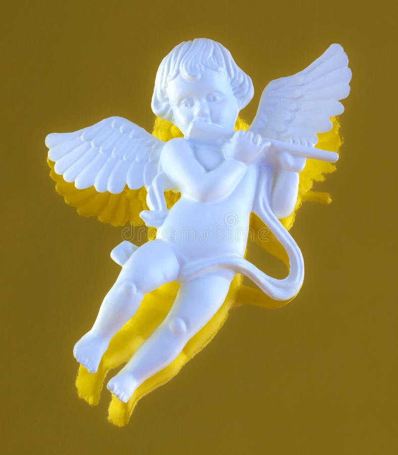 Ange à ailes jouant la cannelure image stock