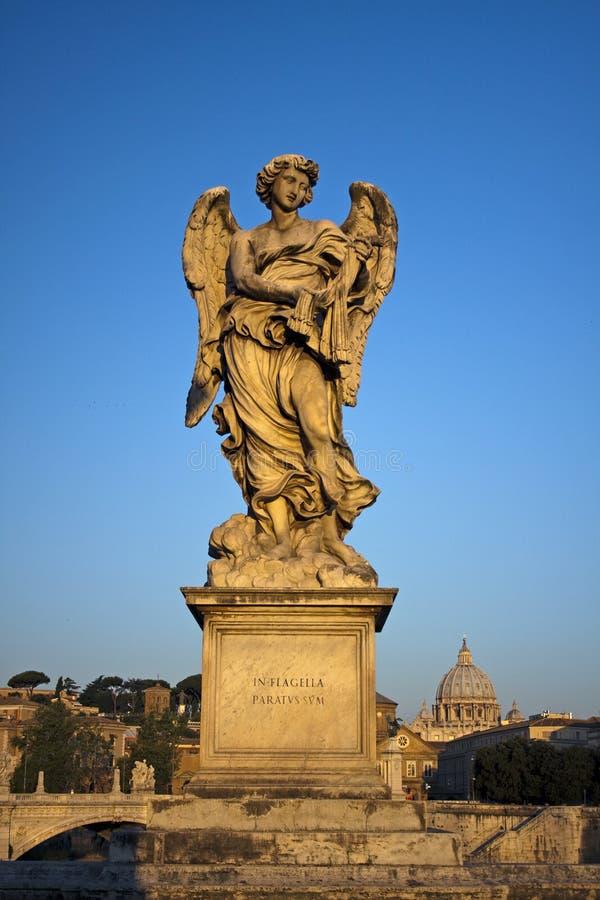 Ange avec le fléau dans Ponte Sant Angelo, Rome, Italie images libres de droits