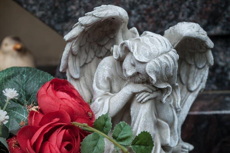 Ange blanc dans le cimetière sur une tombe image stock