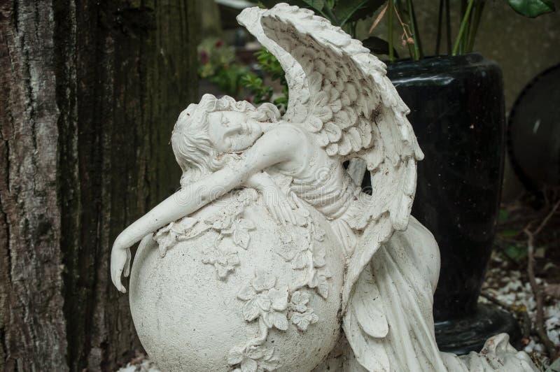 Ange blanc dans le cimetière sur une tombe photos libres de droits