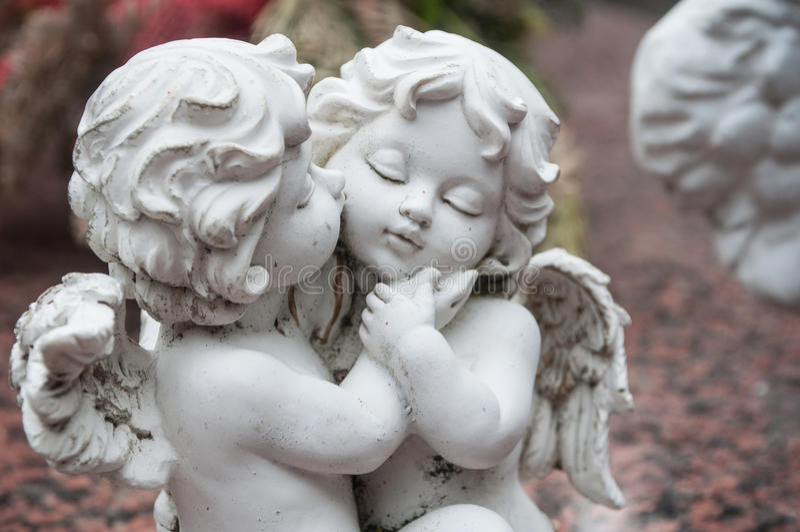 Ange blanc dans le cimetière sur une tombe image libre de droits