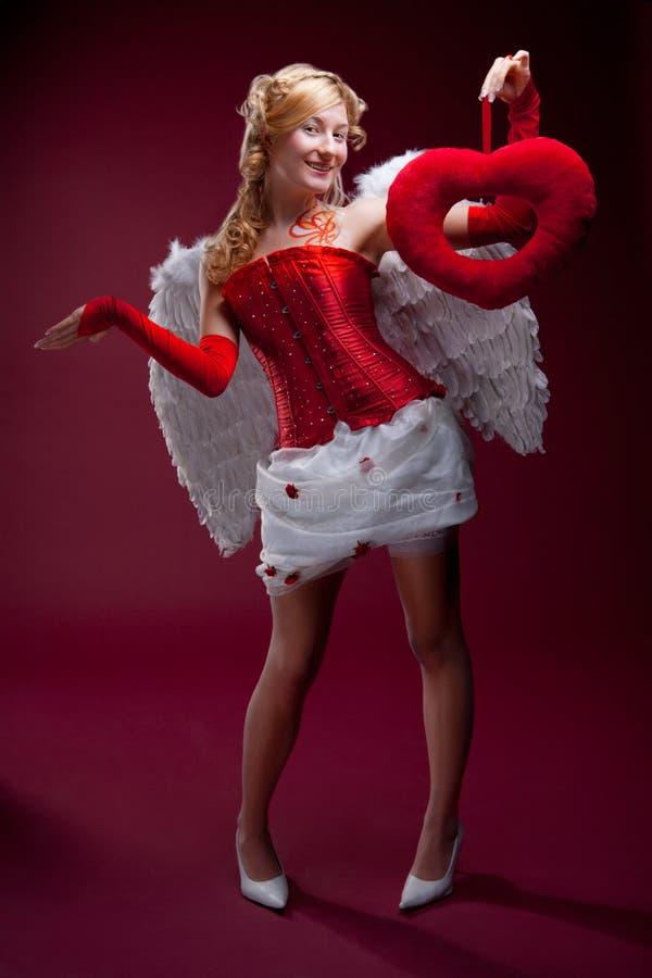 Ange blond parfait avec un coeur rouge image libre de droits