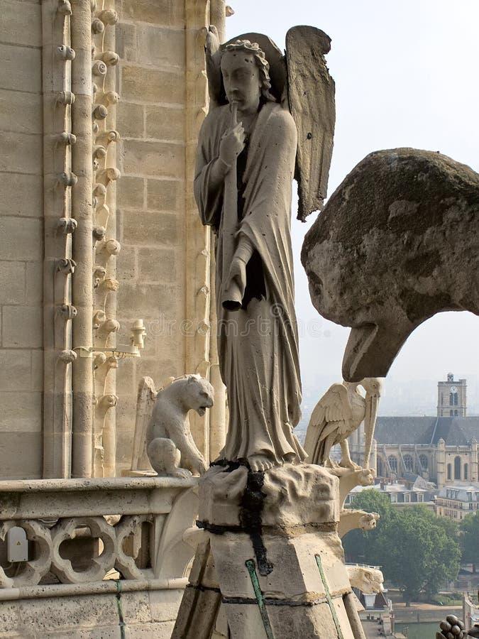 Ange chez Notre Dame de Paris photographie stock libre de droits