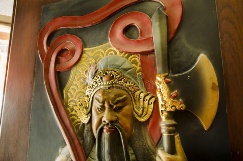 Ange chinois d'un dieu de guerrier sur la porte ou le gardien de porte pour la protection du tombeau chinois au temple de Wat Cho photos stock