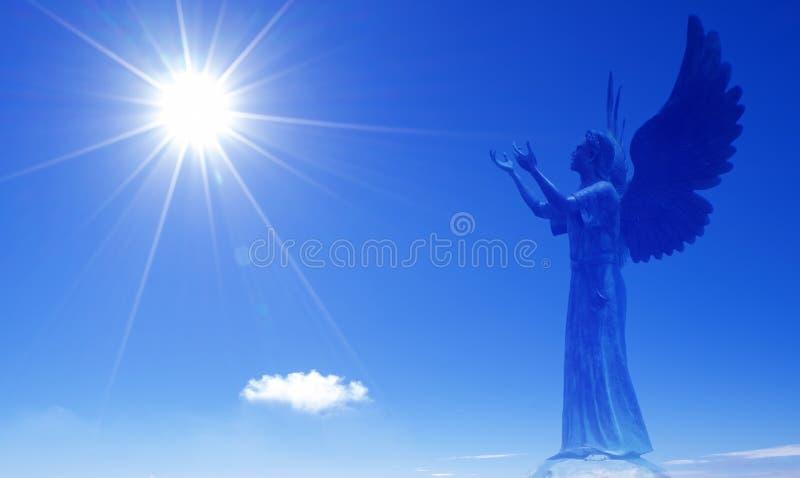 Ange comme chant religieux étant supérieur aux humains dans le ciel images stock