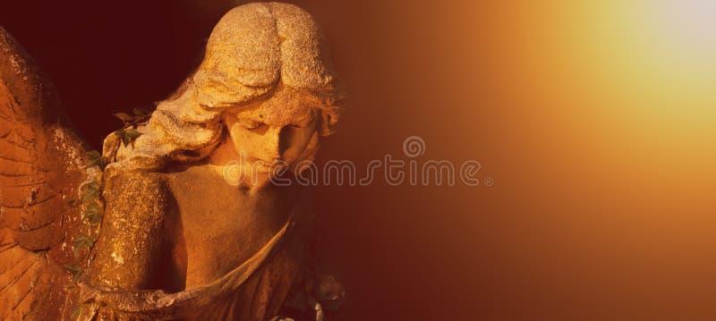Ange d'or à la lumière du soleil (statue antique) image libre de droits