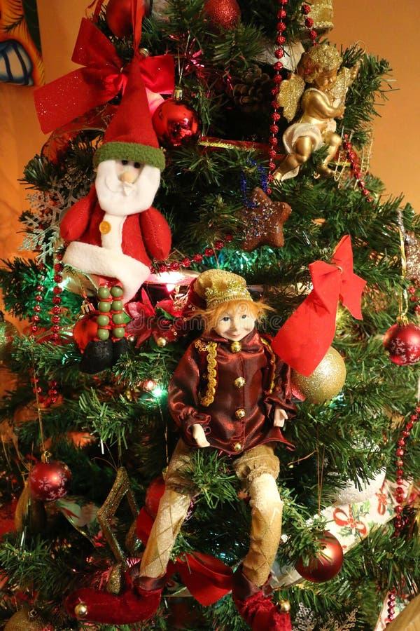 Ange d'arbre de Noël, Elf, Santa, lumières et décorations d'arbre image libre de droits
