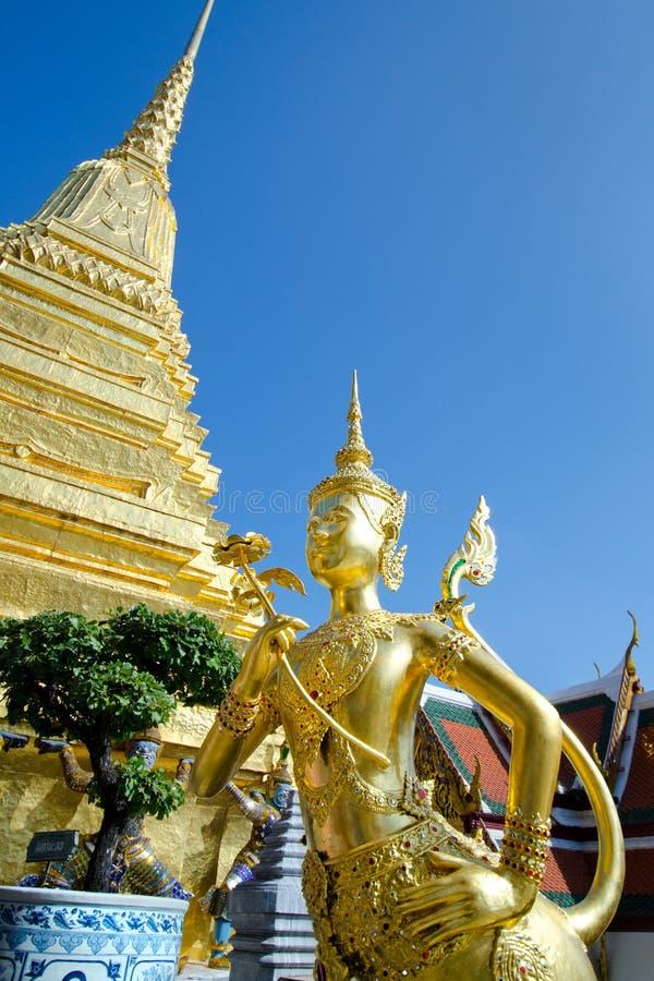 Ange d'or avec la pagoda Wat Pra Kaeo, palais grand, Bangkok, Thaïlande photos libres de droits
