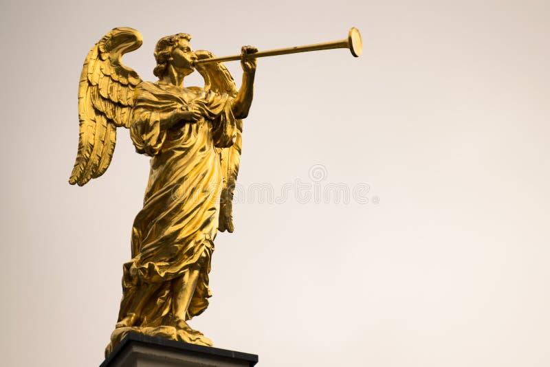 Ange d'or avec un espace de trompette et de copie photo libre de droits