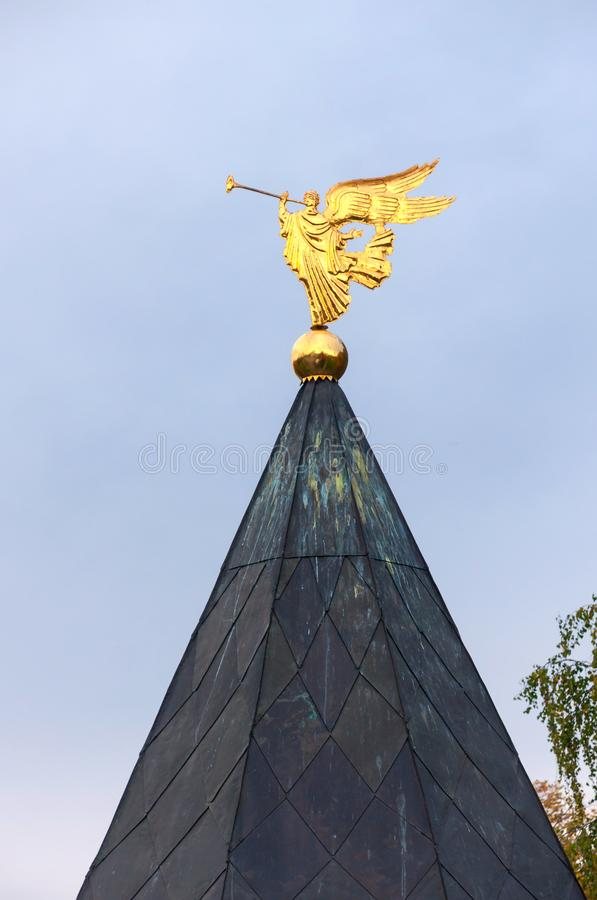 Ange d'or de son de la trompette sur le fond de ciel image stock