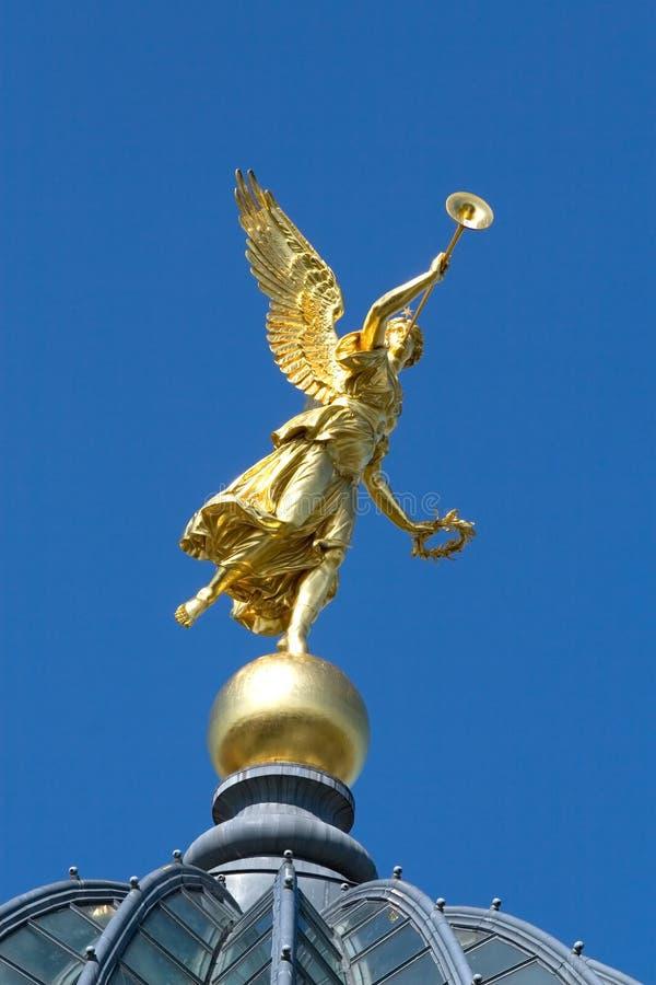 Ange d'or sur le ciel bleu photographie stock libre de droits