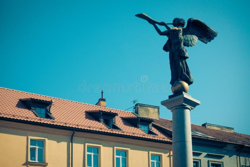 Ange d'Uzupis, statue d'un ange soufflant une trompette dans la place principale, quart de symbole d'une république indépendante  photos libres de droits