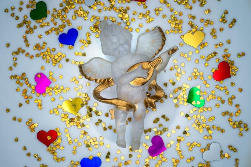 Ange de fête entouré par les coeurs colorés photos stock