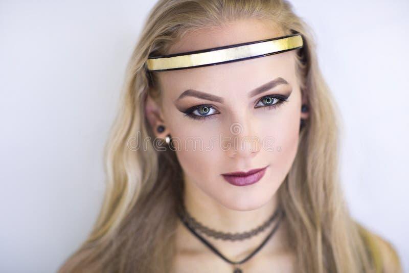 Ange de fille avec nimbus d'or images stock