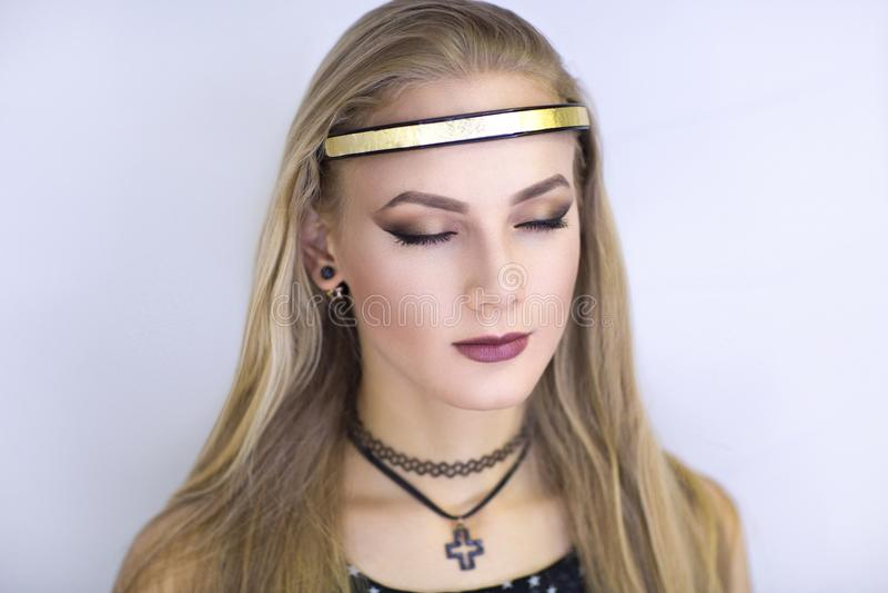 Ange de fille avec nimbus d'or photo stock