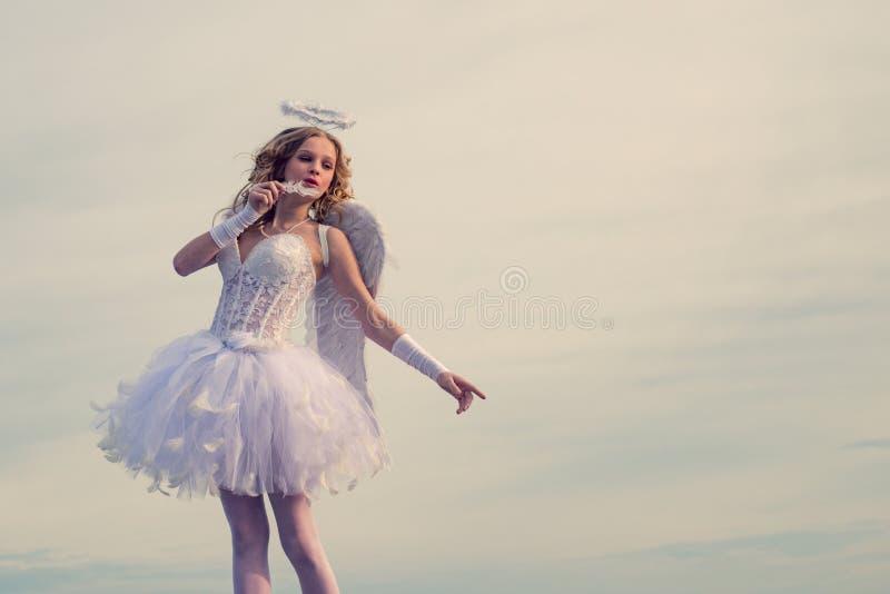 Ange de l'adolescence Art Greeting Card joyeux Bleu de beauté ses yeux - dame de charme à la lumière du soleil de ciel valentine  image stock