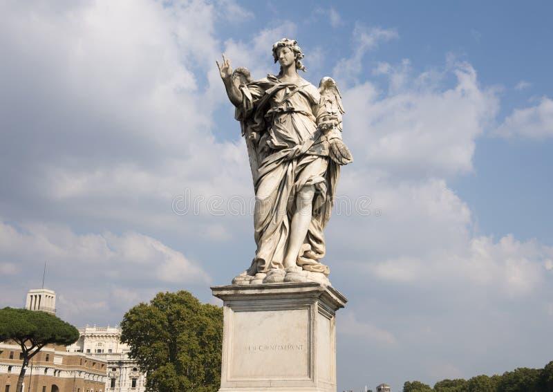 Ange de marbre jugeant les clous employés pour crucifier le Christ sur le ` Angelo de Ponte Sant photographie stock
